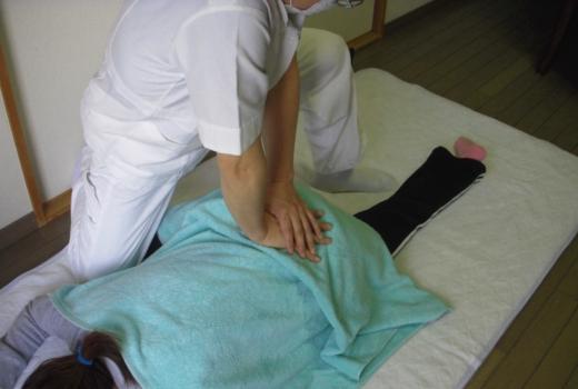 腰痛整体 腰周辺筋のマッサージ